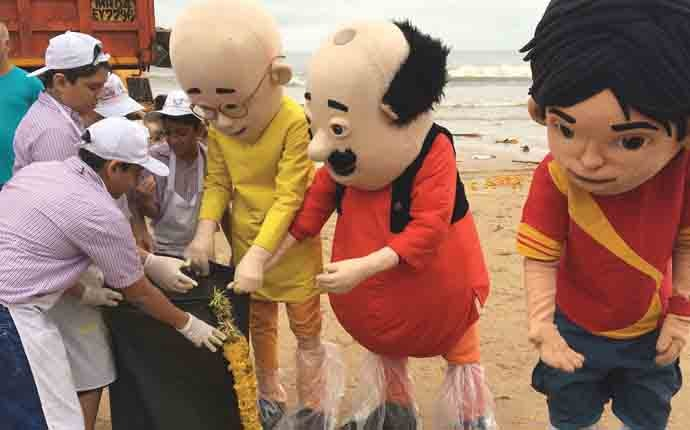 800 children join beach cleaning